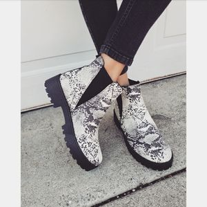 Shoes - 🆕️The Reign// snake print boot